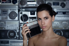 Frau mit Retro- Funk und Hochkonjunktur-Kasten Stockfoto