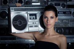 Frau mit Retro- Hochkonjunktur-Kasten stockfoto