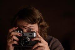 Frau mit Retro- Kamera Lizenzfreies Stockfoto