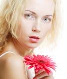Frau mit rosa gerber Lizenzfreie Stockfotos