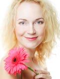 Frau mit rosa gerber Lizenzfreies Stockbild