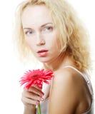Frau mit rosa gerber Stockbild
