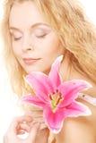 Frau mit rosa Lilienhochschlüsselporträt Lizenzfreie Stockfotos