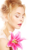 Frau mit rosa Lilienhochschlüsselporträt Stockfotos