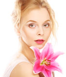 Frau mit rosa Lilienhochschlüsselporträt Lizenzfreies Stockbild