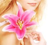 Frau mit rosa Lilienhochschlüsselporträt Lizenzfreies Stockfoto