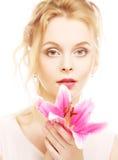 Frau mit rosa Lilienhochschlüsselporträt Lizenzfreie Stockfotografie