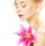 Frau mit rosa Lilienhochschlüsselporträt Stockfoto