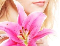 Frau mit rosa Lilienhochschlüsselporträt Stockbilder