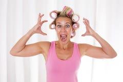 Frau mit rosa Lockenwicklern Stockbild
