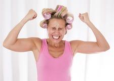 Frau mit rosa Lockenwicklern Stockbilder