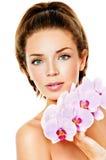 Frau mit rosa Orchidee Lizenzfreies Stockbild