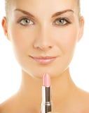 Frau mit rosafarbenem Lippenstift stockfotos