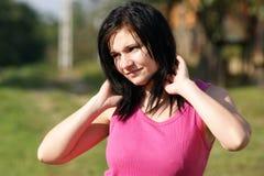 Frau mit rosafarbenem T-Shirt untersucht die Sonne lizenzfreie stockfotografie