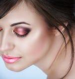 Frau mit rosafarbenen rauchigen Augen Stockbilder