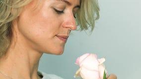 Frau mit rosafarbener Rose stock footage