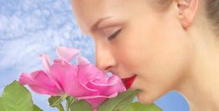 Frau mit rosafarbener Rose Stockfotos