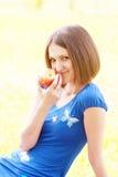 Frau mit rotem Apfel Lizenzfreies Stockbild