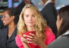 Frau mit rotem Becher Stockfotos