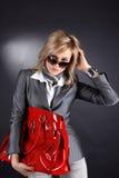Frau mit rotem Beutel Lizenzfreie Stockbilder