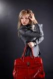 Frau mit rotem Beutel Stockbilder