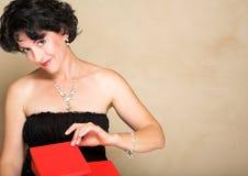 Frau mit rotem Geschenk Stockfoto