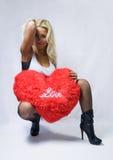 Frau mit rotem Liebesinnerem Stockfoto