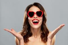 Frau mit rotem Lippenstift und Herzen formte Schatten Stockbild