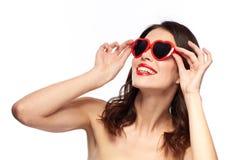 Frau mit rotem Lippenstift und Herzen formte Schatten Lizenzfreies Stockfoto