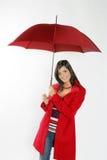 Frau mit rotem Regenschirm. Lizenzfreie Stockfotos