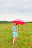 Frau mit rotem Regenschirm Lizenzfreies Stockfoto