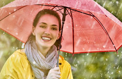 Frau mit rotem Regenschirm Stockbild