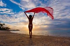 Frau mit rotem Sarong Stockbild