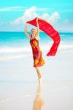 Frau mit rotem Sarong Lizenzfreies Stockbild