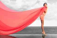 Frau mit rotem Schal Stockfotos