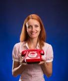 Frau mit rotem Telefon Lizenzfreie Stockbilder