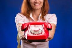 Frau mit rotem Telefon Stockbilder