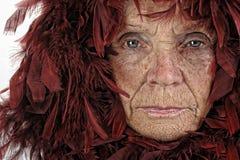 Frau mit roten Federn Stockbild