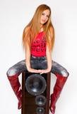 Frau mit roten Knie-hohen Matten auf Lautsprecher Lizenzfreies Stockbild