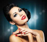 Frau mit roten Nägeln und kreativer Frisur Lizenzfreies Stockfoto