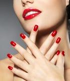 Frau mit roten Nägeln der Art und Weise und den sinnlichen Lippen Lizenzfreie Stockbilder