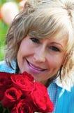 Frau mit roten Rosen lizenzfreie stockfotografie