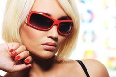 Frau mit roten Sonnenbrillen Stockbilder