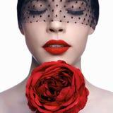 Frau mit roter Blume und den roten Lippen Lizenzfreies Stockfoto