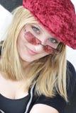 Frau mit roter Schutzkappe u. Sonnenbrillen Stockfotos