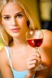 Frau mit Rotwein Lizenzfreie Stockfotos