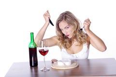 Frau mit Rotwein und Käse Stockfoto