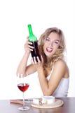 Frau mit Rotwein und Käse Lizenzfreies Stockfoto