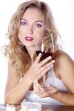 Frau mit Rotwein und Käse Lizenzfreie Stockfotografie