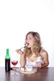 Frau mit Rotwein und Käse Stockfotografie